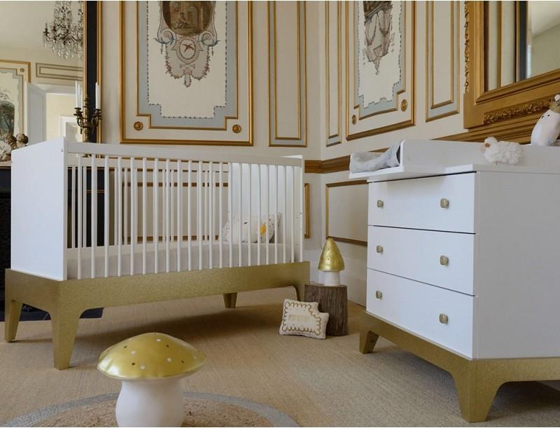 chambre b b lit et commode blanche et or paris. Black Bedroom Furniture Sets. Home Design Ideas